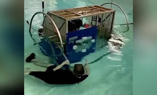 آموزش خلبان بالگرد برای فرار از کابین سقوط کرده در آب + فیلم