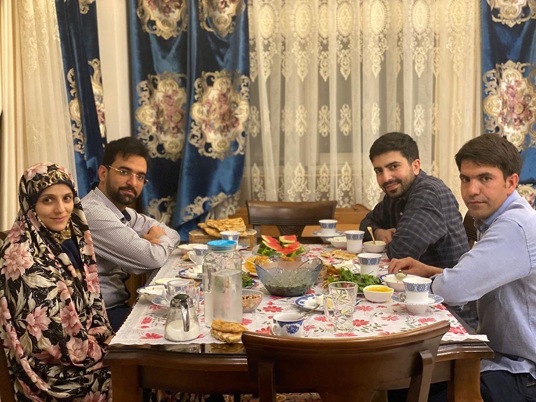 عکس: افطاری متفاوت وزیر جوان و همسرش با دو مهمان