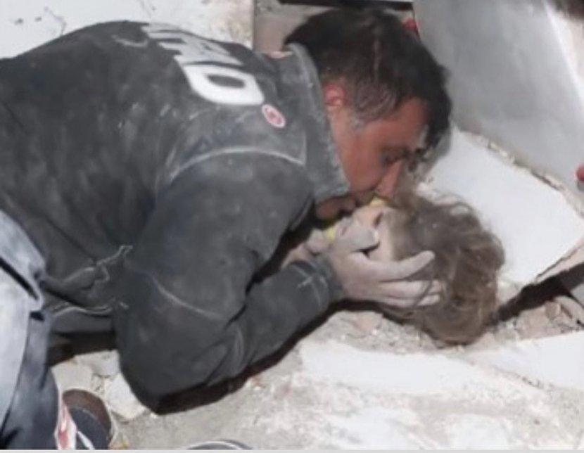 عکس: نجات آیدا کودک ۳ ساله از زیر آوار زلزله ازمیر