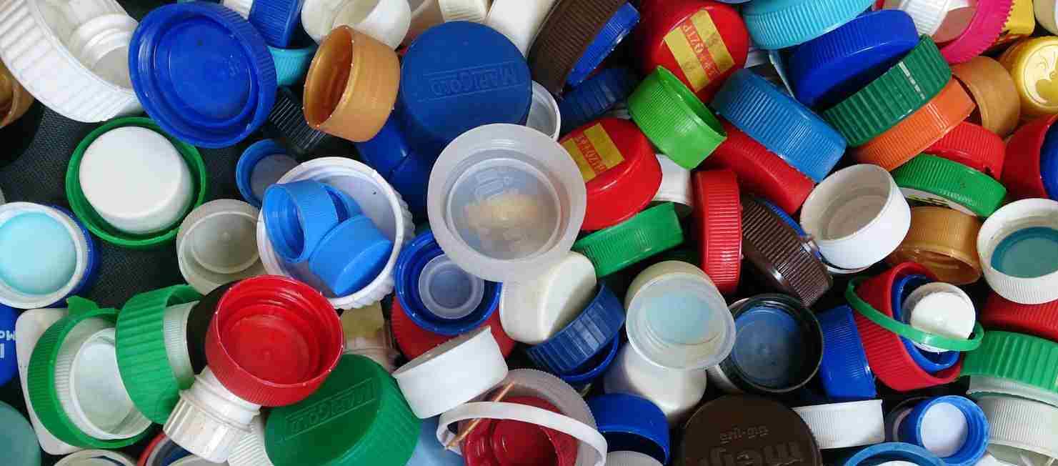 با یک درب بطری چه کارهایی می توان کرد؟/ وقتی که با جمع کردن درب های پلاستیکی، دل نیازمندی، شاد می شود