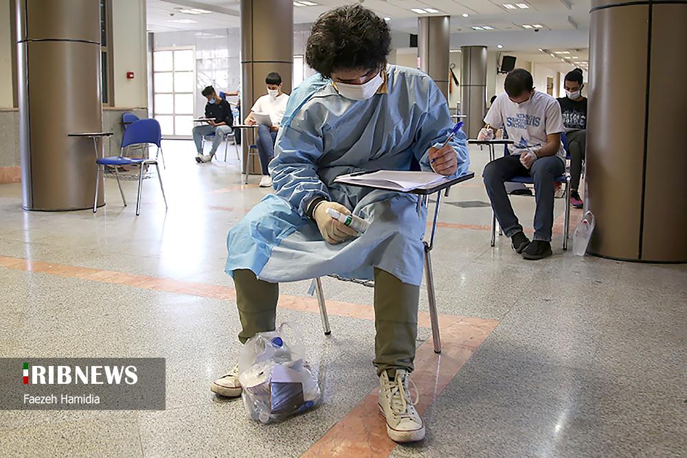 حضور داوطلبی با گان پزشکی در کنکور