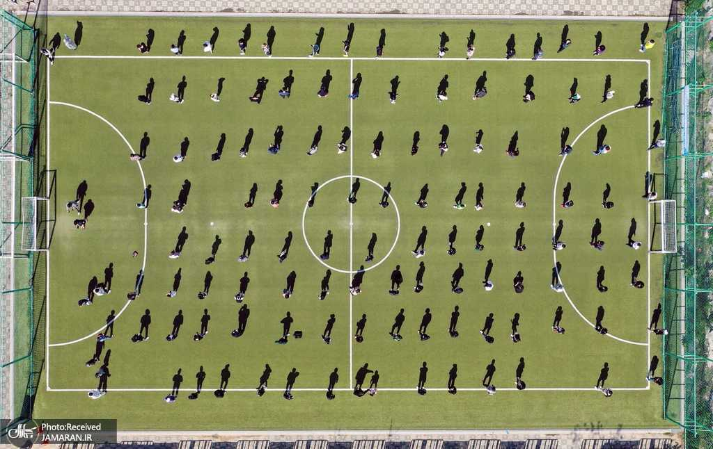 صف انتظار برای تست کرونا در زمین فوتبال