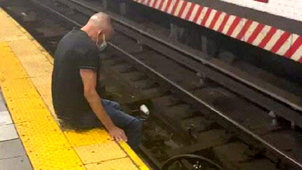 نجات لحظه آخری/سقوط مسافر ویلچرسوار روی ریل قطار +فیلم