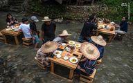 عکس: غذا خوردن در وسط رودخانه
