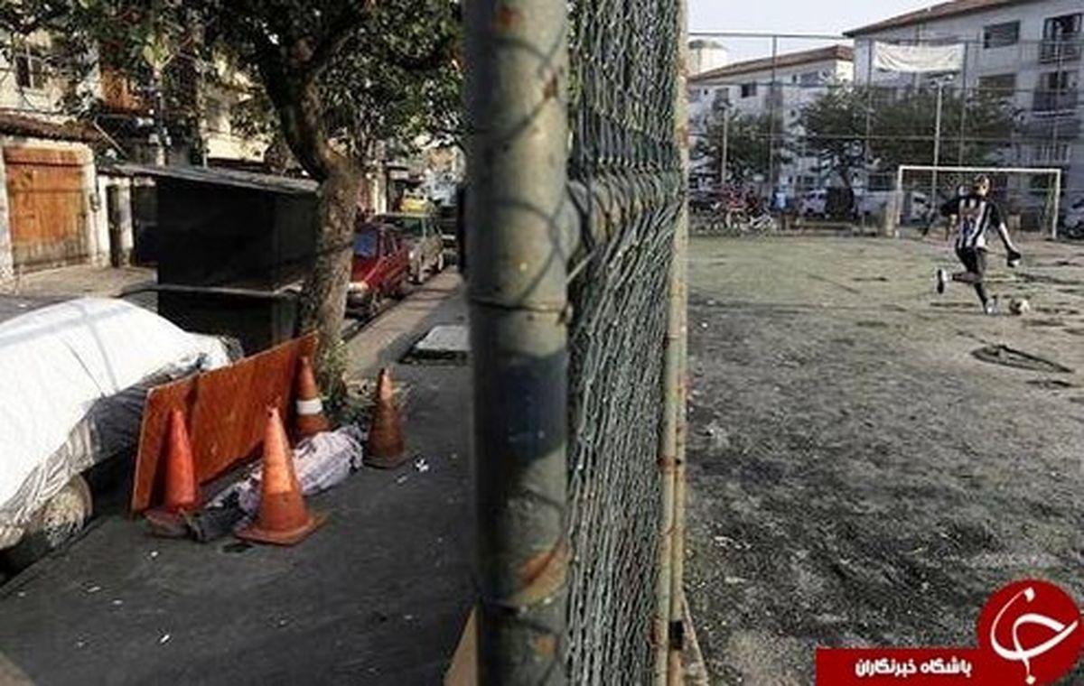 بازی فوتبال در کنار جسد کرونایی در خیابان! +تصاویر