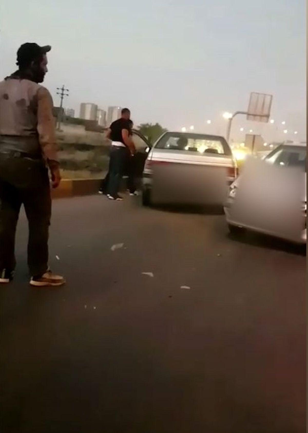 فیلم تبرزنی وحشیانه و حمله به مرد راننده در گرگان