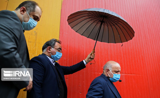 چتری برای وزیر نفت +عکس