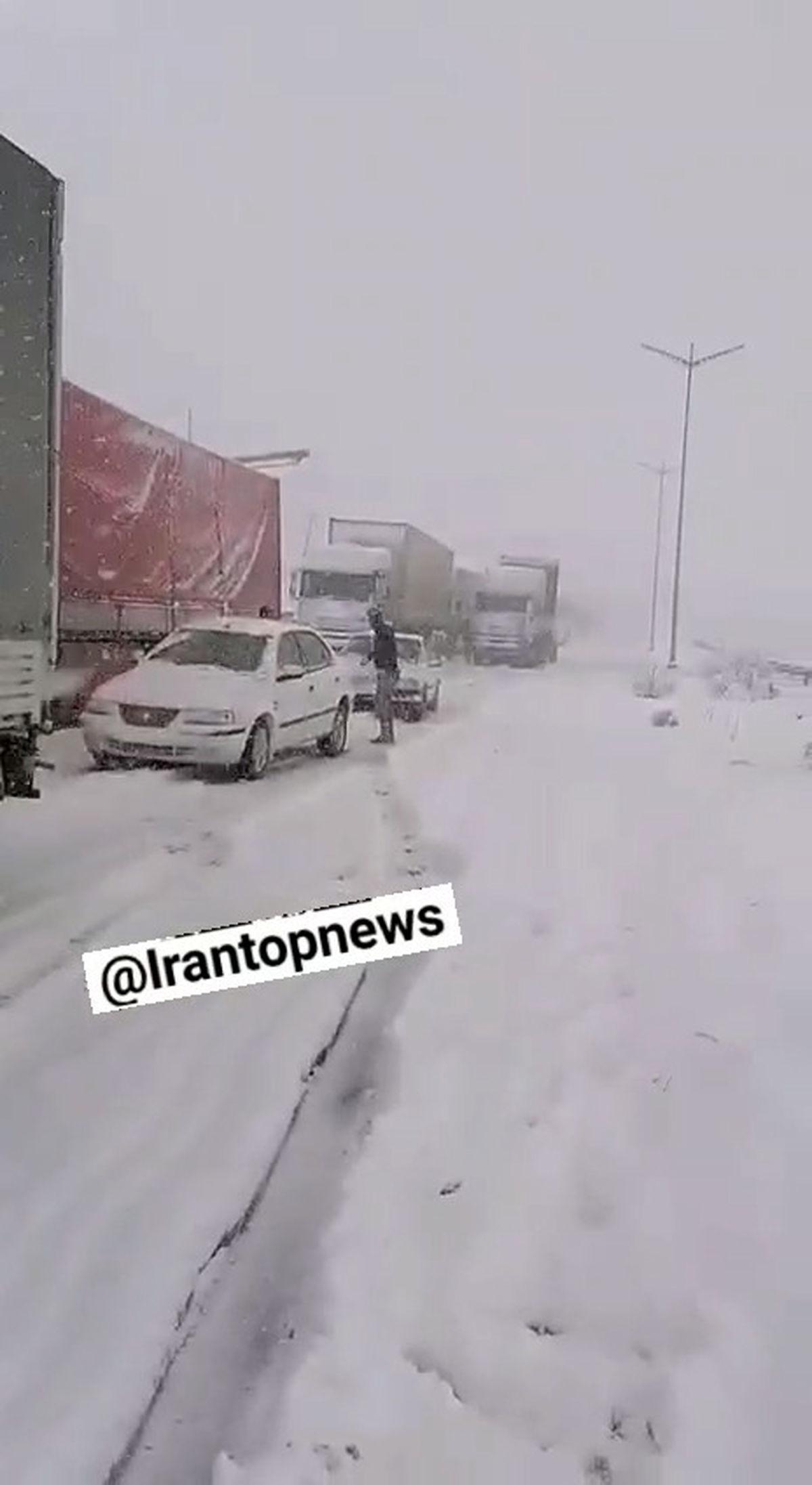 فیلم: گرفتار شدن ده ها خودرو دربرف آزادراه تبریز