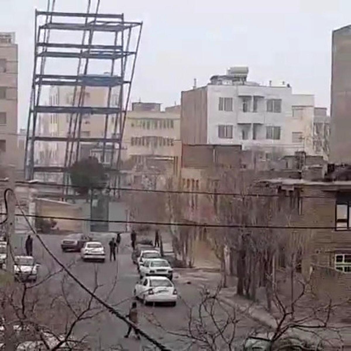 سقوط اسکلت فلزی ساختمان در مشهد +فیلم