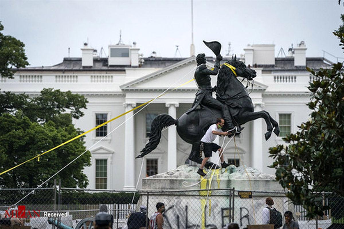 تصاویر: اعتراضات برای از بین بردن مجسمه جکسون