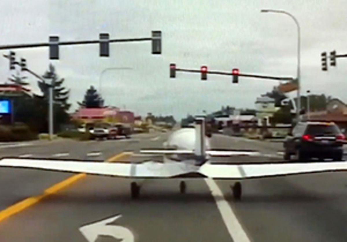 فیلم: فرود اضطراری هواپیما وسط یک بزرگراه شلوغ!