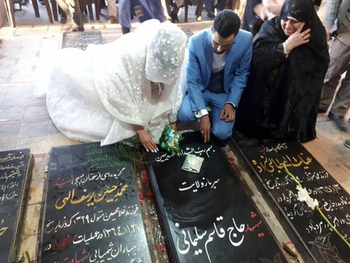 عروس و دامادی در کنار آرامگاه سردار سلیمانی +عکس