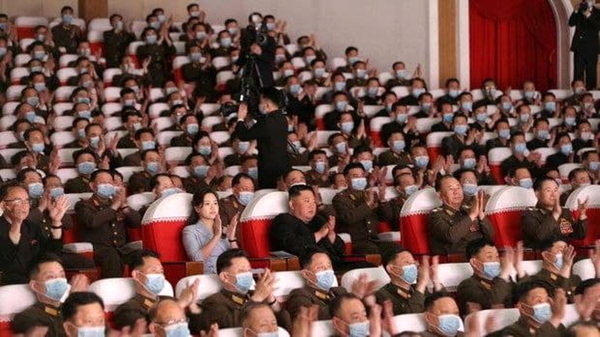 حضور عجیب رهبر کره شمالی و همسرش در یک نمایش +عکس