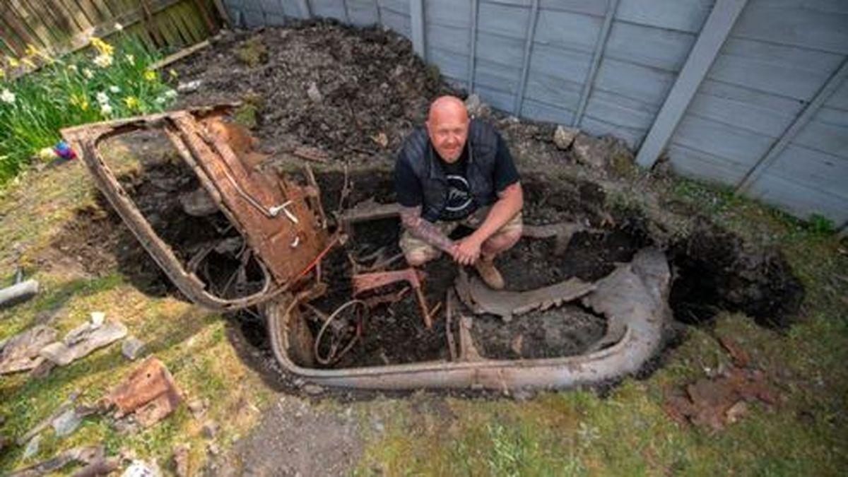 مرد انگلیسی در قرنطینه یک ماشین از باغچه خانهاش بیرون آورد! +عکس