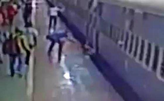 زنده ماندن باورنکردنی مسافر در حادثه ایستگاه قطار! +فیلم