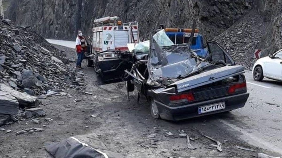عکس تلخ از جاده هراز /ریزش سنگ روی خودرو