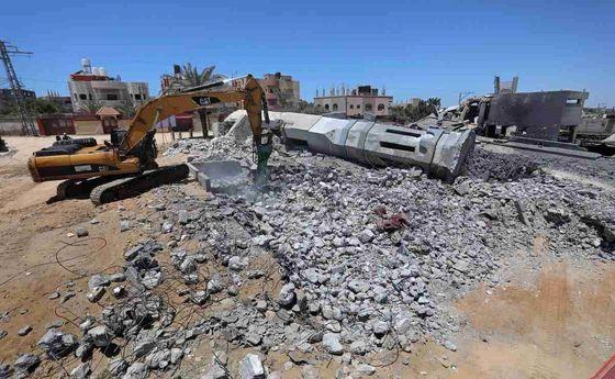 نماز در کنار آوار مساجد غزه +عکس