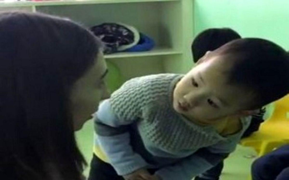 واکنش خندهدار کودک چشم بادامی به چهره مربی اروپایی خود + عکس و فیلم