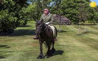 ملکه انگلیس سوار اسب از قرنطینه خارج شد +تصاویر