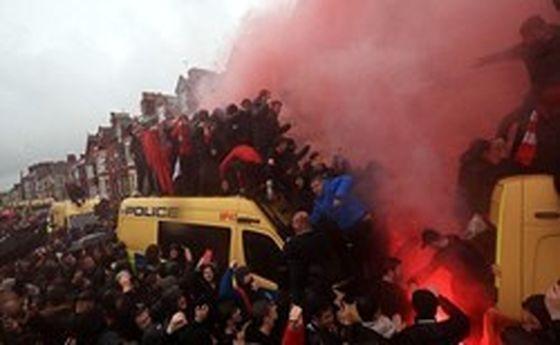 خودروی پلیس در تسخیر هواداران لیورپول +تصاویر