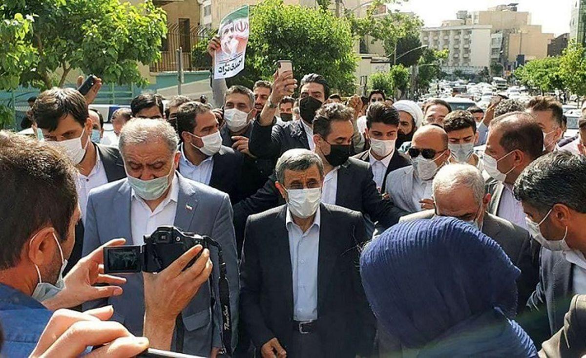 فوری:فیلم ورود احمدی نژاد به ستاد انتخابات/ شعار عجیب هوادارن احمدی نژاد