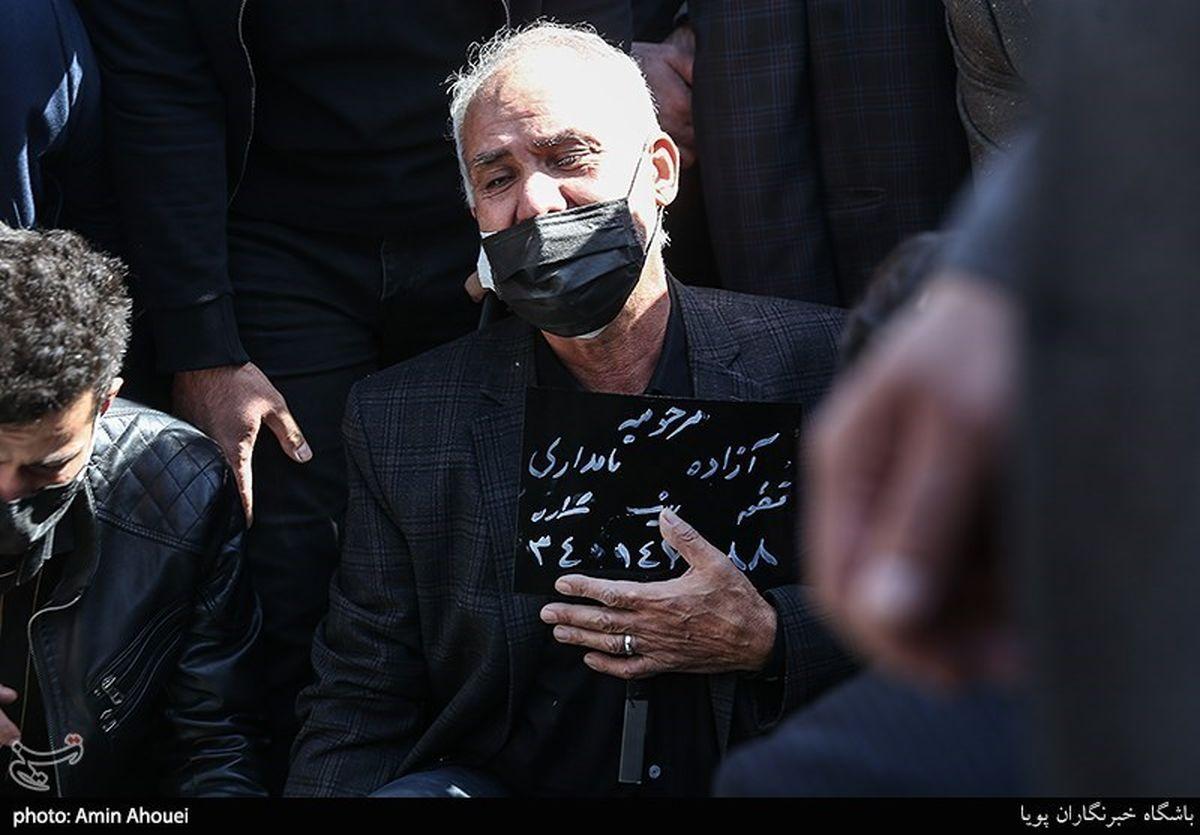گریه های پدر آزاده نامداری بر مزار دخترش +عکس