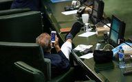 (عکس) حرکت زشت آقای نماینده در صحن مجلس