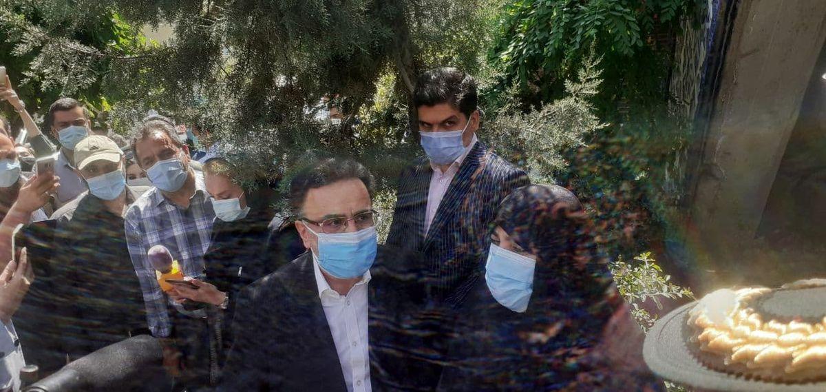 حضور تاجزاده با همسرش در ستاد انتخابات +فیلم