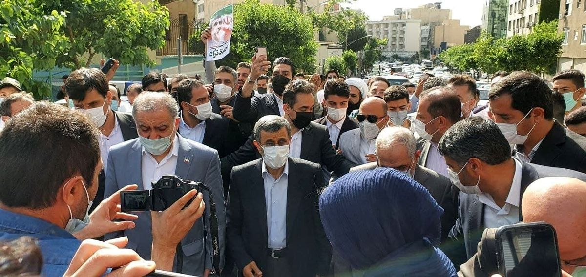 محمود احمدینژاد با پای پیاده به ستاد وزارت کشور رسید +عکس