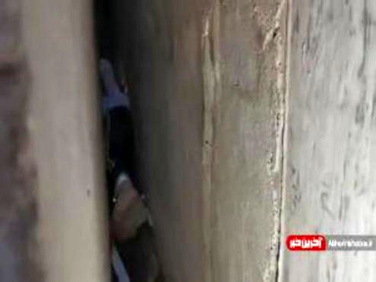 نجات یک پسربچه از شکاف بین دو دیوار! +فیلم